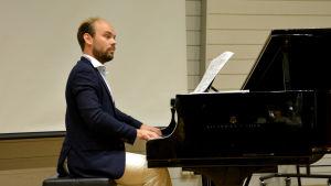 Ville Matvejeff spelar piano.