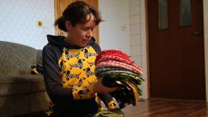 Anna Karamäki radar upp mössor med glada mönster.