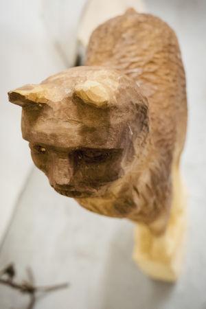Träskulptur som föreställer ett lodjur.