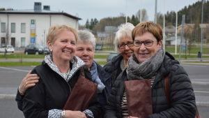 Fyra kvinnor med Kimito i bakgrunden.