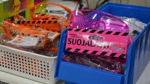 Skyddsglasögon i plastlådor