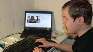 Johan Sundholm har en medfödd synskada. Han fungerar som it-södperson för andra synskadade