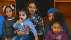 Flyktingbarnen Noha, Noor, Maryam, Zahraa och Finland från Irak.