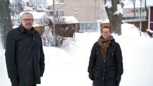 Ragnar Lundqvist och Lena Dahlberg sår på Ektas gård.