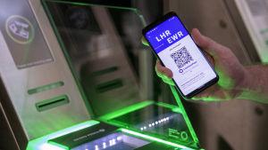En QR-kod visas mot en läsare.