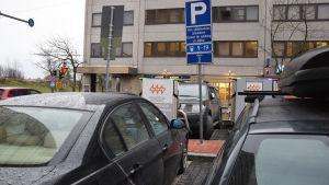 felparkerade bilar vid laddningsstation för elbilar,