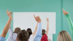 Larare slog vad med elever hot om avsked