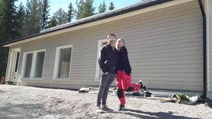 Caroline Eriksson och Fredrik Kuni framför husbygget