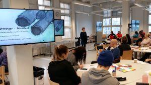 Martina Uotinen berättar om tvåspråkiga naturäventyrsläger på ett tvåspråkighetsseminarium i Åbo.