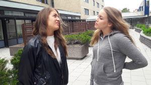 Karoliina och Anni i en konversation utanför studentbostäder.