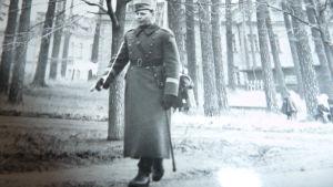 Ett svartvitt foto på Lili-Ann Junell-Kousas pappa, kapten Junell, Dragsvik