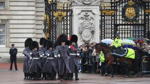 Vaktombyte vid Buckingham Palace i London.