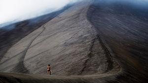 Dain (Mungau Dain) går upp till Yahul vulkanen.