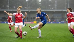 Adelina Engman i hetluften för Chelsea mot Arsenal.