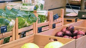 Bild på grönsaker i Meidän kauppa i Lovisa.