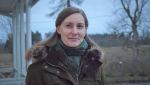 Ekorådgivare Micaela Ström vid förvaltarvillan på Västankvarn gård.