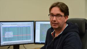 Magnus Nylander sitter i kontrollrummet med skärmar framför sig