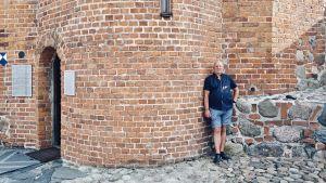 Laimutis Vaitonis, som deltog i den Baltiska kedjan, står vid startpunkten vid Gediminasslottets torn i Vilnius.