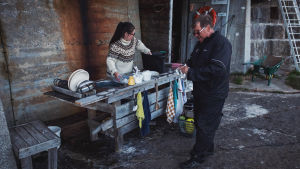 Nainen ja mies tiskaavat ulos rakennetulla tiskauspaikalla.