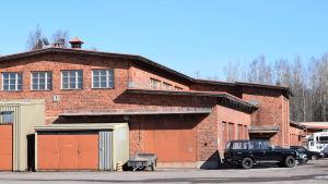 En industribyggnad i rödtegel.