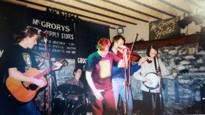Mårten Svartström spelar gittar med bandet The Scrapes på Irland.