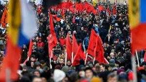 De största demonstrationerna hölls i Moskva, som syns på bilden ovan, mindre protester gick av stapeln runt hela landet.