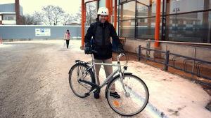 Vintercyklist på parkering.