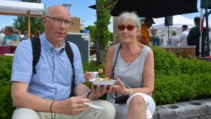 Äldre par njuter av solen och pyttipanna i Nagu.