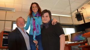 Artisten Cecilia Kylling lyfts upp på Jean Nymans och Thomas Enroths starka armar