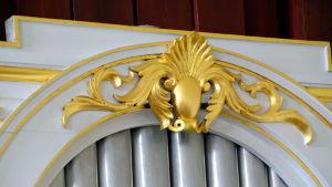 Detalj på förgylld orgelfasad