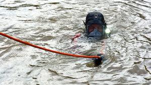 Räddningsdykare letar i Aura å.