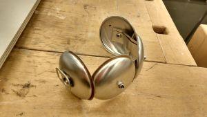 Ett metallarmband skapat av fyra bottnar från dryckesburkar.