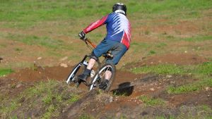 cyklist åker ner för kokonbacken i borgå