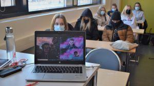Hybridundervisning bland närvårdarstuderande i Karis Axxell.