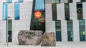 Osuuspankin logo pääkonttorin seinässä.