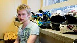 Elias Kärki, abiturient i Hyvinge Gymnasium vid mopedhjälmar i skoland garderob.