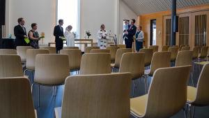 En tom kyrkosal, många uppradade stolar som är tomma.