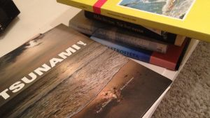 Carola Gustafsson har samlat böcker och urklipp som handlar om tsunamin 2004