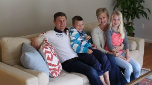 Familjen Hartwall sitter i soffan i sitt hem i Rye i USA.