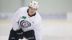 Kristian Vesalainen på isen under Winnipegs utvecklingsläger.