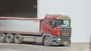 Lastbil kör fodervete i Ingå hamn.