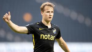 Saku Ylätupa i AIK:s tröja.