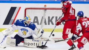 Janne Juvonen försöker rädda en puck vid tjeckiska spelare.