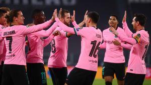 Barcelonaspelare firar med high fives.