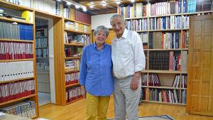 Heinz och Else Kress framför bokhyllor i sitt hus.