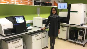 Genomforskaren Lili Milani visar de finaste maskinerna på det estniska Genomcentret i Tartu.