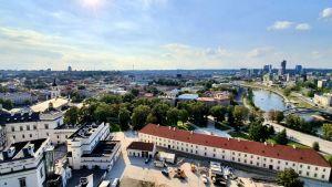 Utsikt från Gediminastornet i Vilnius mot Gamla staden i bakgrunden till vänster, Katedralen i förgrunden och floden Neris till höger.