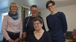Paula Kullas, Susanne Miikki och Anna Cederberg från rehabiliteringsteamet i Vasa stad tillsammans med klienten Pirkko Paananen.