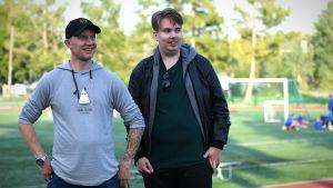 Toni Wistbacka (t.v.) och Dan Sandberg står vid en fotbollsplan.
