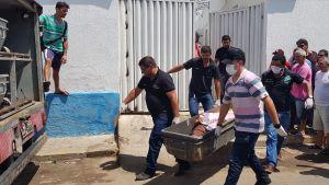 En människogrupp bär ett av dödsoffren i bankrånet i Milagres i Brasilien.